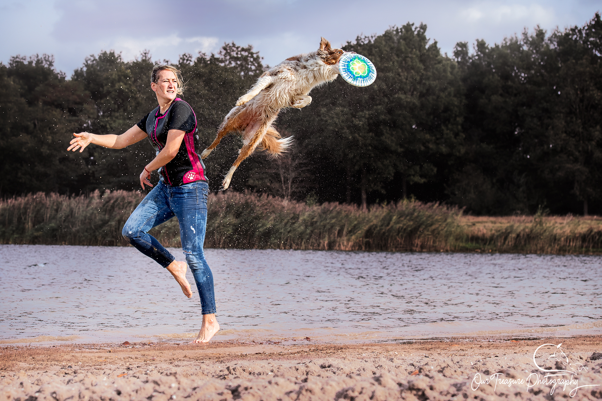 frisbee hond met water Pawshoot hondenfotografie